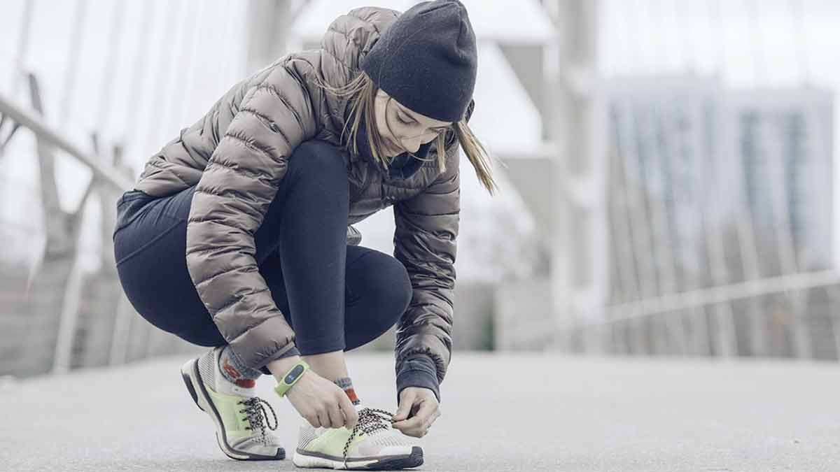 Young woman winter jogging
